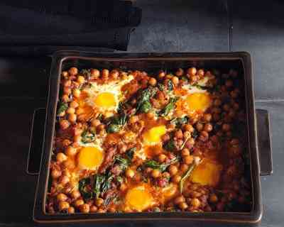 Recipe: Baked eggs with chickpeas and spinach